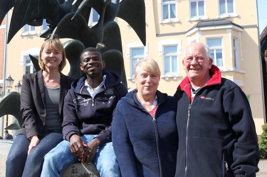 Kofi Dorkyi mit Anke Luckja, Chrissie und Kevin Kelly in Herford am Gänsebrunnen. (Foto: Herforder Kreisblatt )