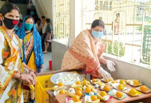 Die Gesundheitsberaterinnen versorgen während der Corona-Pandemie ihre Mitmenschen mit Lebensmitteln.